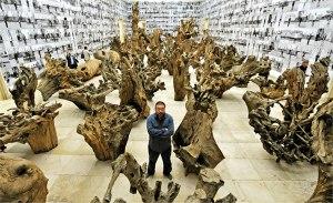 Ai Weiwei in una delle sue opere(Getty)