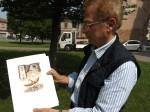 L'opera di Roberto Piazza tra le mani di Antonio Piazza
