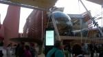 Il padiglione dell'Azerbaijan con le persone in fila per entrare a visitarlo