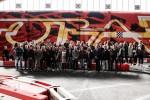 Foto di gruppo con alle spalle una porzione del murales